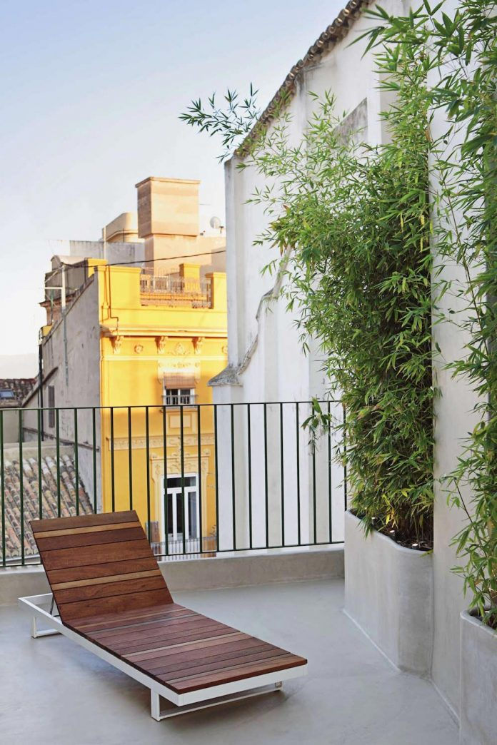 two-story-modern-apartment-situated-historical-center-valencia-designed-rubio-ros-16