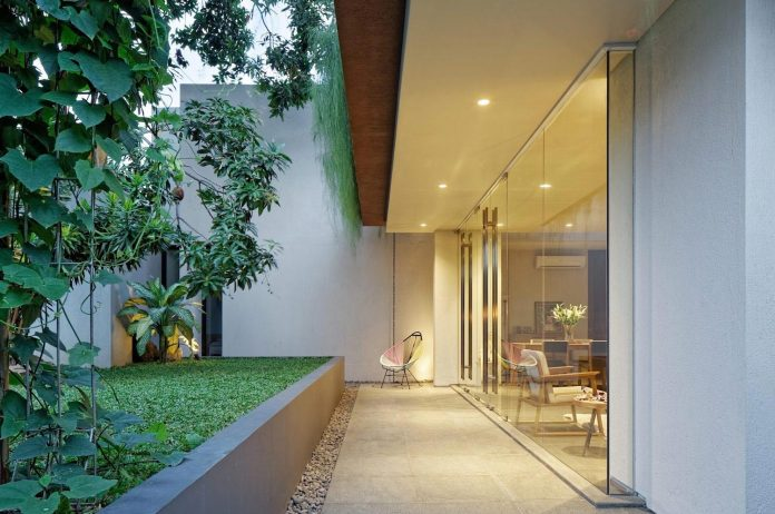 wahana-architects-redesigned-deeroemah-renovation-two-storey-busy-midtown-jakarta-01