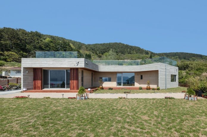 2m2-architects-design-one-story-sea-view-home-foothills-mt-dongmang-04