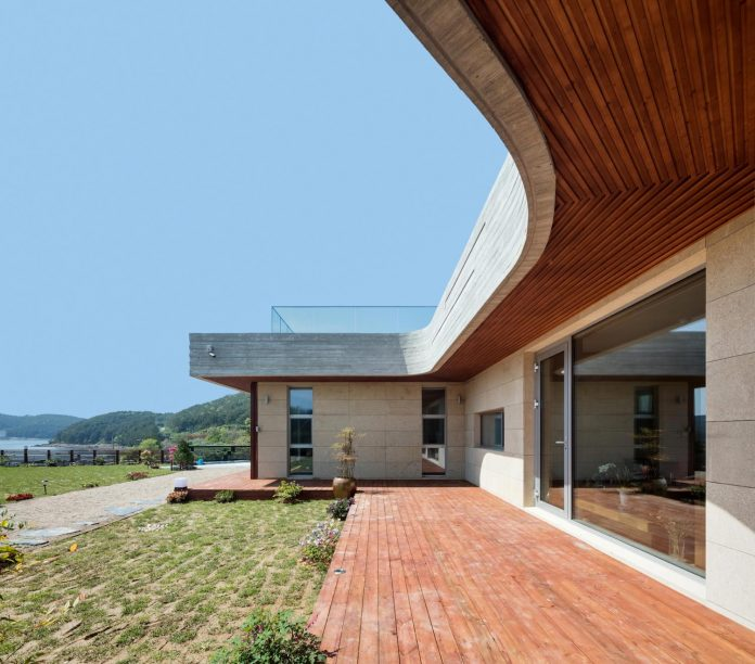2m2-architects-design-one-story-sea-view-home-foothills-mt-dongmang-06