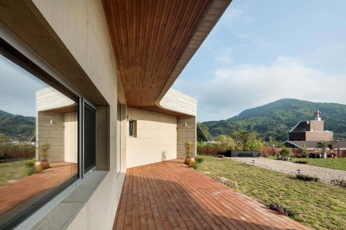 2m2-architects-design-one-story-sea-view-home-foothills-mt-dongmang-07