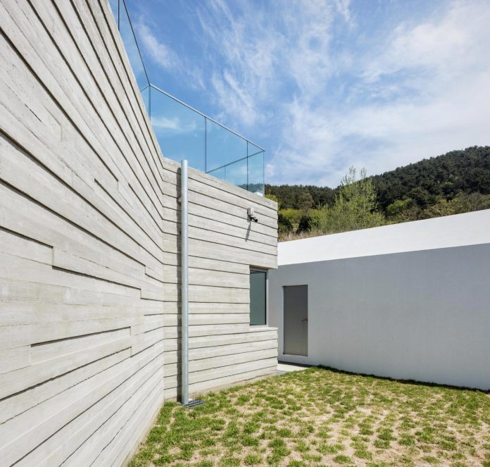 2m2-architects-design-one-story-sea-view-home-foothills-mt-dongmang-09