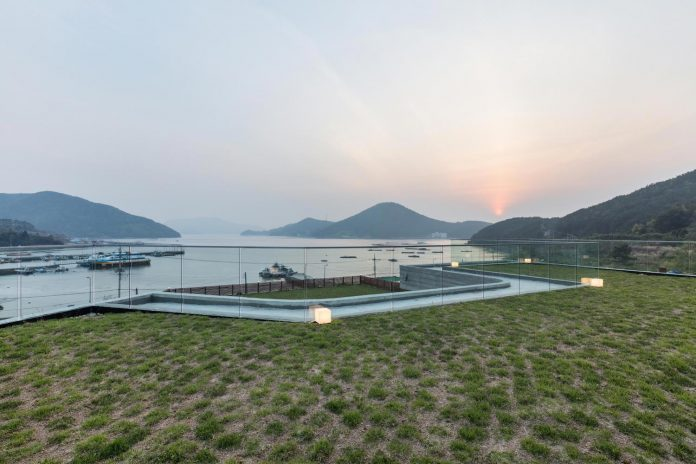 2m2-architects-design-one-story-sea-view-home-foothills-mt-dongmang-13