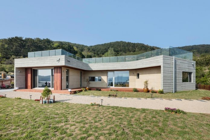 2m2-architects-design-one-story-sea-view-home-foothills-mt-dongmang-14