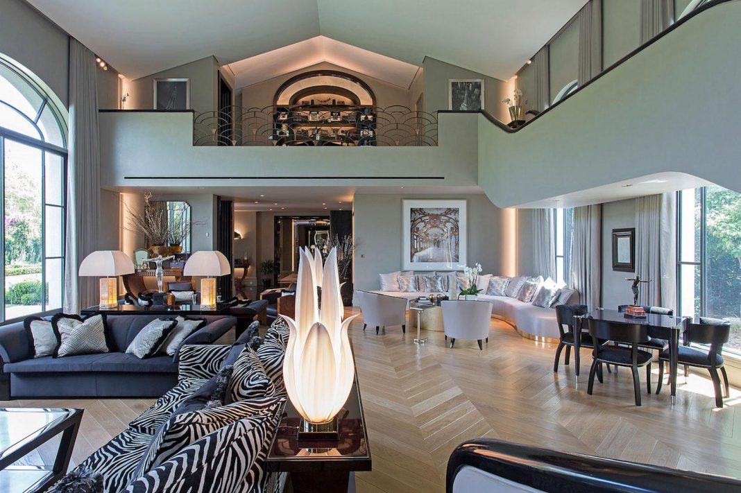Art deco style addition to a private residence where the choice of materials, colours and textures aims to give a sense of luxury