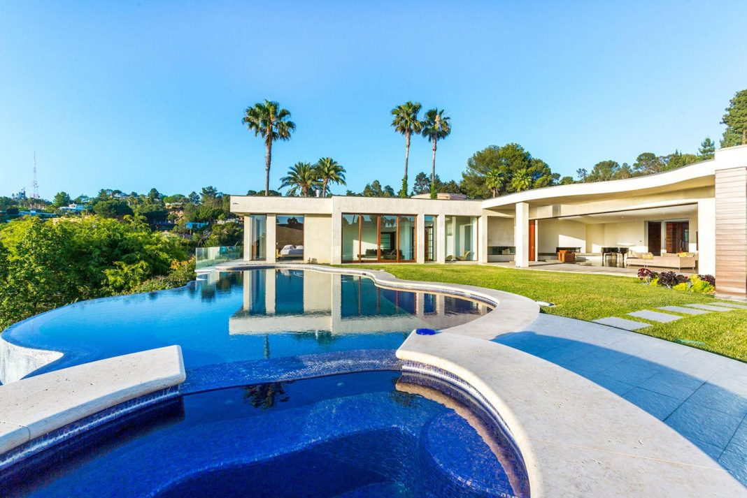 Beverly Hills contemporary house has a magnificent 270 degrees all green view and the sunset is breathtaking