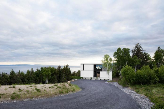 blanche-chalet-simple-pure-architecture-gently-complements-landscape-charlevoix-modern-fashion-01
