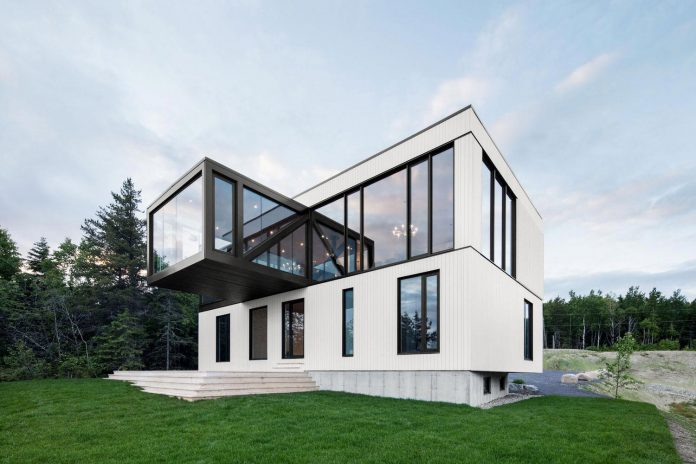 blanche-chalet-simple-pure-architecture-gently-complements-landscape-charlevoix-modern-fashion-04