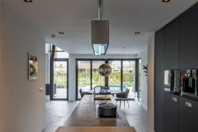 dutch-design-office-zone-zuid-architecten-recently-completed-new-225-sq-m-home-one-suburbs-roosendaal-03