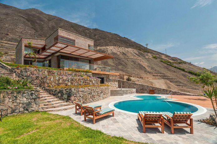 estudio-rafael-freyre-design-house-azpitia-covered-bricks-stunning-views-facing-vineyards-01