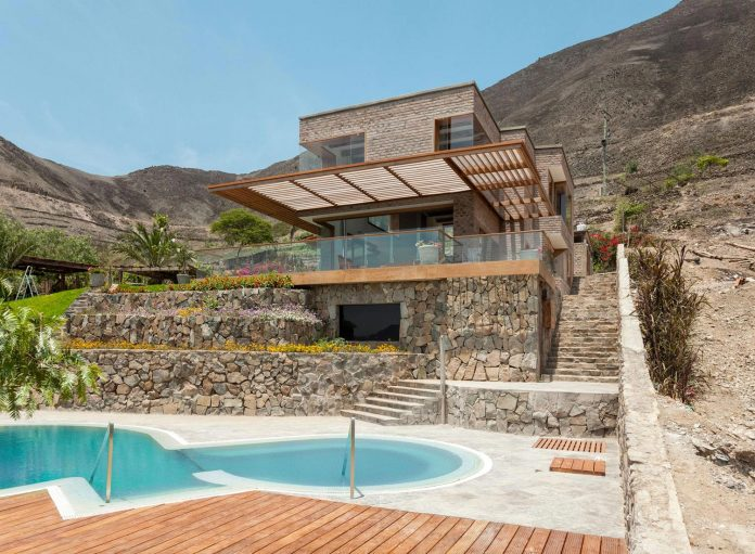 estudio-rafael-freyre-design-house-azpitia-covered-bricks-stunning-views-facing-vineyards-02