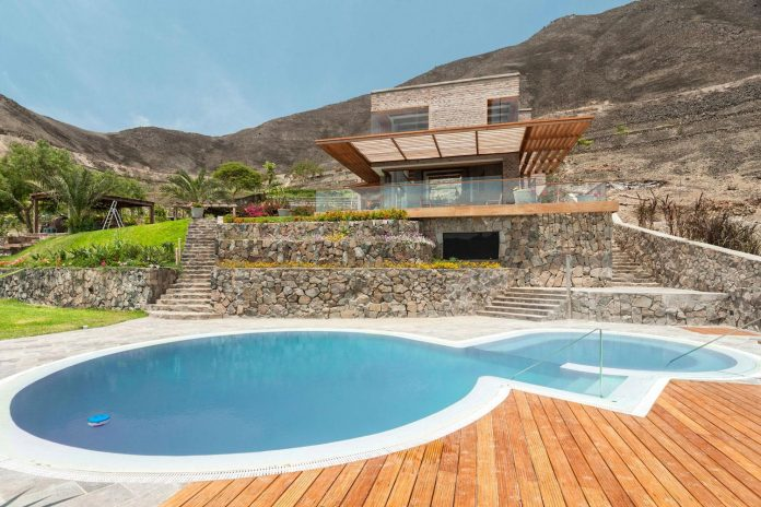 estudio-rafael-freyre-design-house-azpitia-covered-bricks-stunning-views-facing-vineyards-03