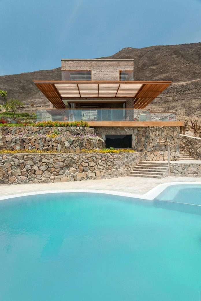 estudio-rafael-freyre-design-house-azpitia-covered-bricks-stunning-views-facing-vineyards-04