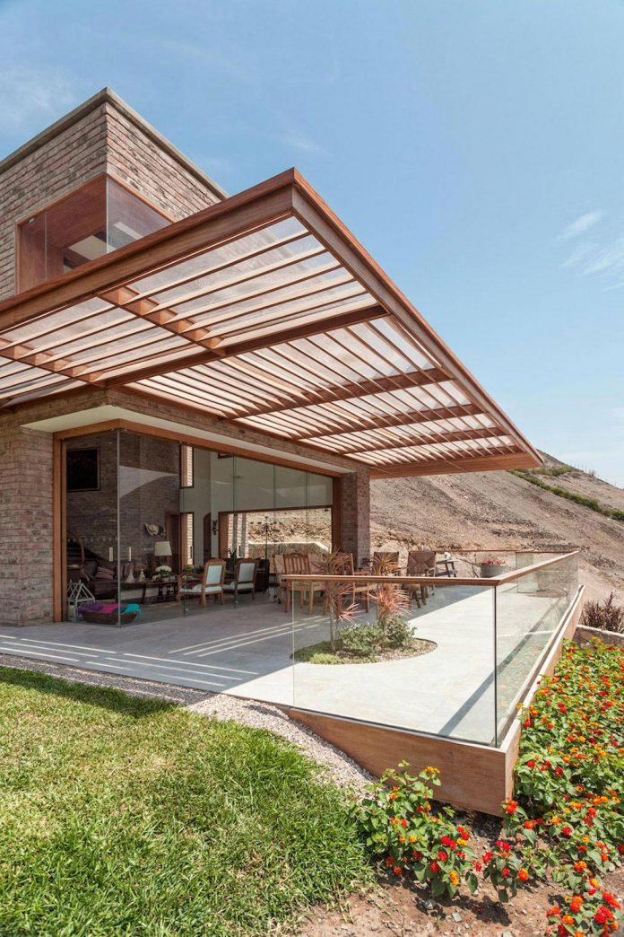 estudio-rafael-freyre-design-house-azpitia-covered-bricks-stunning-views-facing-vineyards-05