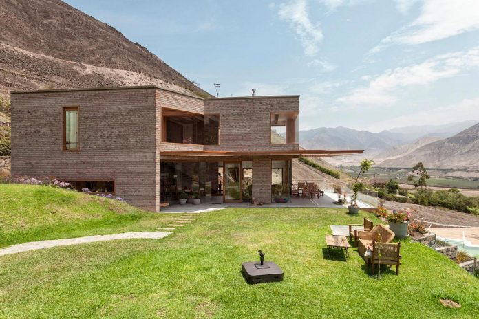 estudio-rafael-freyre-design-house-azpitia-covered-bricks-stunning-views-facing-vineyards-06