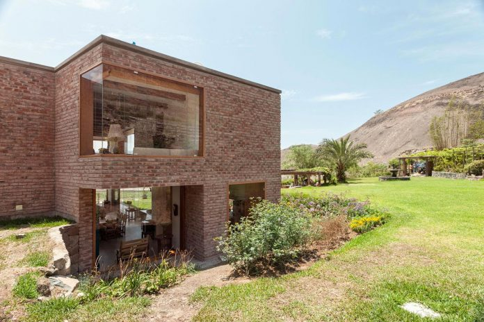 estudio-rafael-freyre-design-house-azpitia-covered-bricks-stunning-views-facing-vineyards-08