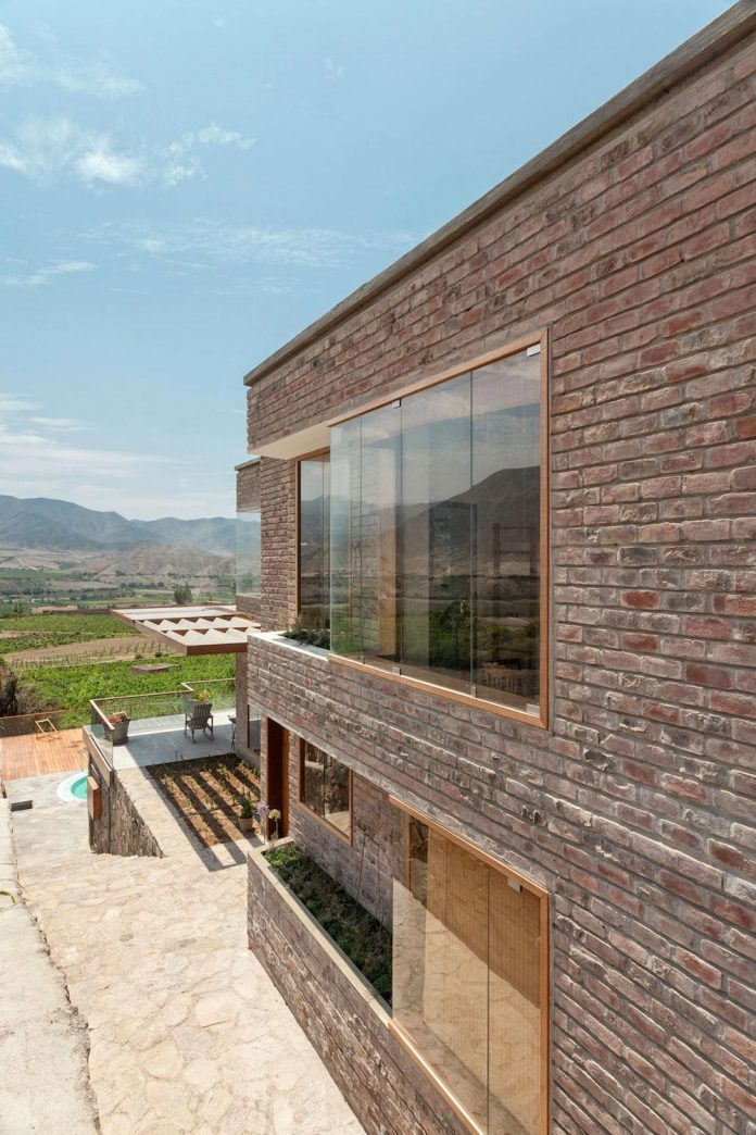 estudio-rafael-freyre-design-house-azpitia-covered-bricks-stunning-views-facing-vineyards-09