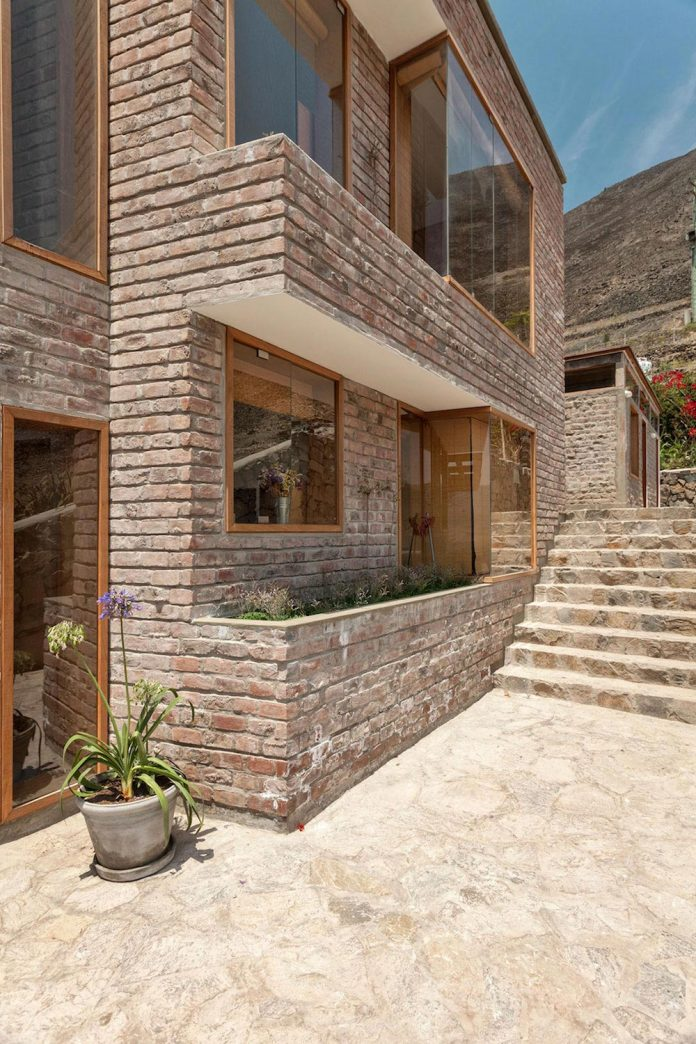 estudio-rafael-freyre-design-house-azpitia-covered-bricks-stunning-views-facing-vineyards-10