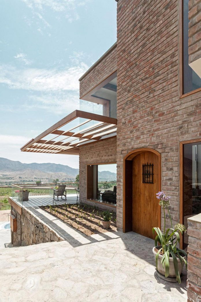 estudio-rafael-freyre-design-house-azpitia-covered-bricks-stunning-views-facing-vineyards-11