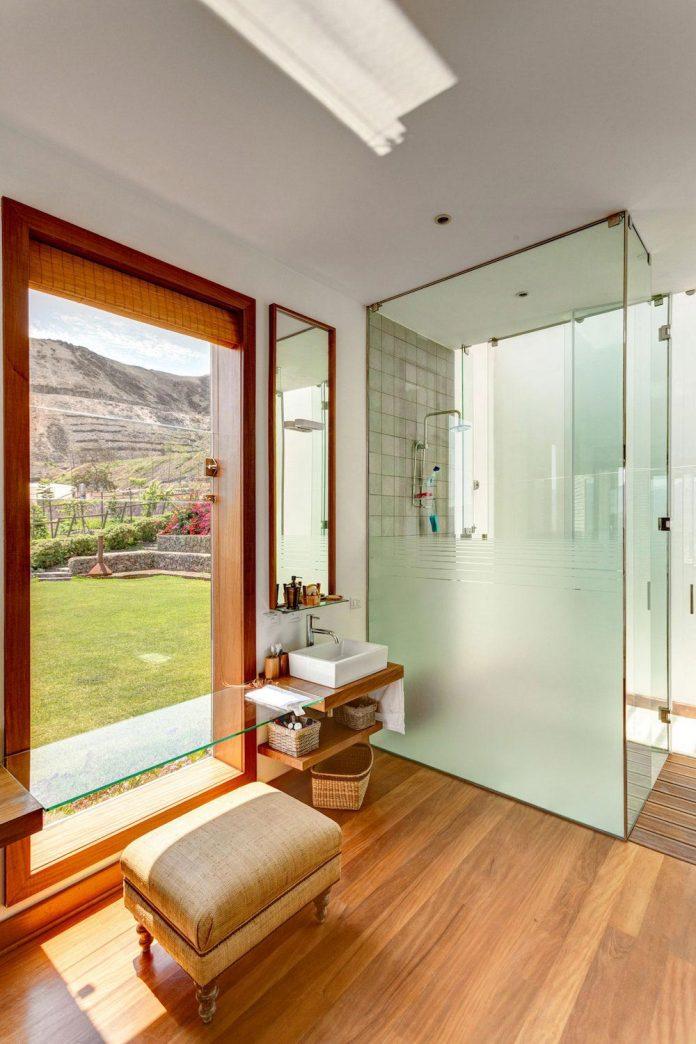 estudio-rafael-freyre-design-house-azpitia-covered-bricks-stunning-views-facing-vineyards-25