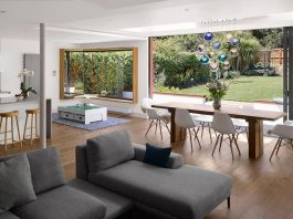 Extension of an old house in order to create a light-filled open-plan living room that flows out towards the garden
