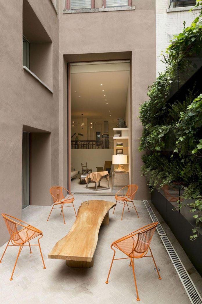 ground-floor-flat-garden-located-near-central-park-transformed-open-luminous-dwelling-studio-arthur-casas-01