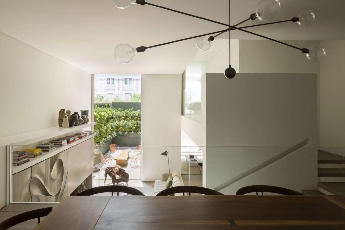 ground-floor-flat-garden-located-near-central-park-transformed-open-luminous-dwelling-studio-arthur-casas-15