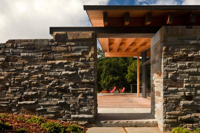 halls-ridge-knoll-guesthouse-thoughtful-modernist-intervention-carefully-detailed-stone-timber-glass-02