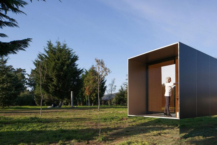 mima-light-minimal-modular-construction-seems-levitate-ground-due-lining-base-mirrors-06