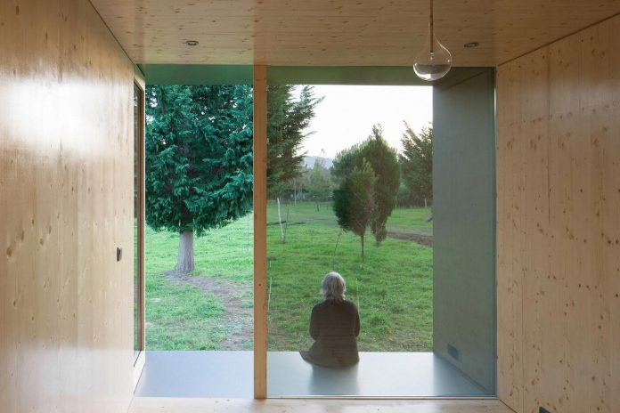 mima-light-minimal-modular-construction-seems-levitate-ground-due-lining-base-mirrors-09