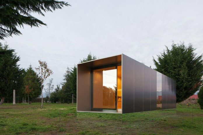 mima-light-minimal-modular-construction-seems-levitate-ground-due-lining-base-mirrors-20
