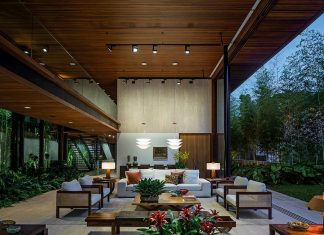 Modern engineering and using natural materials, open to the surroundings, light but also full of shadows residence in São Paulo