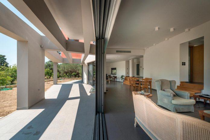 pentagonal-shaped-home-designed-barlas-architects-03