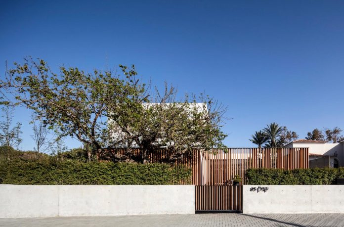 pitsou-kedem-architects-designed-s-house-concrete-home-modern-look-made-clean-lines-01