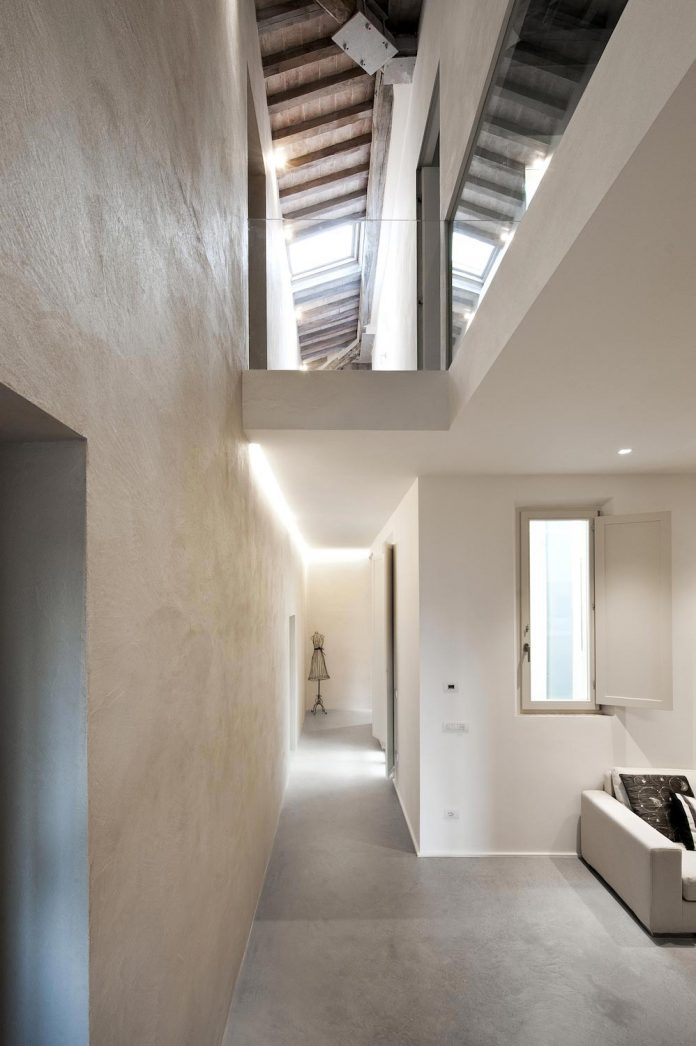 renovation-apartment-located-inside-former-school-music-xix-century-building-historic-center-siena-01