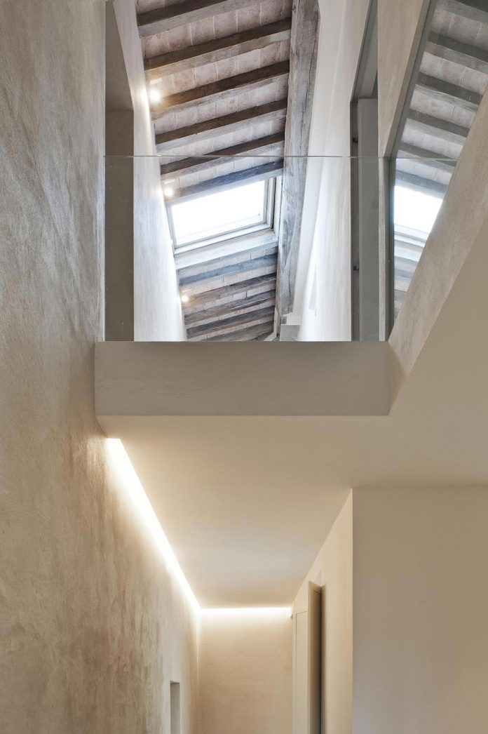 renovation-apartment-located-inside-former-school-music-xix-century-building-historic-center-siena-02