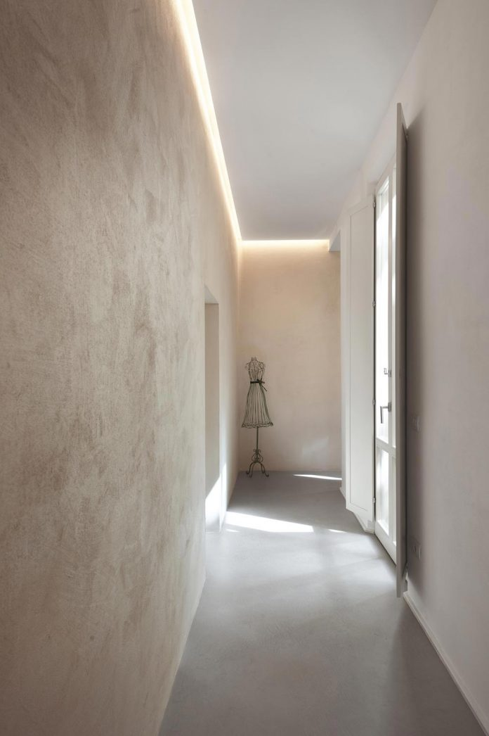 renovation-apartment-located-inside-former-school-music-xix-century-building-historic-center-siena-03