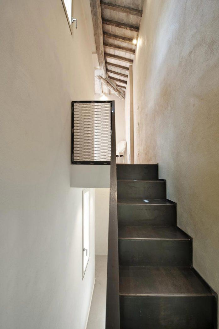 renovation-apartment-located-inside-former-school-music-xix-century-building-historic-center-siena-17