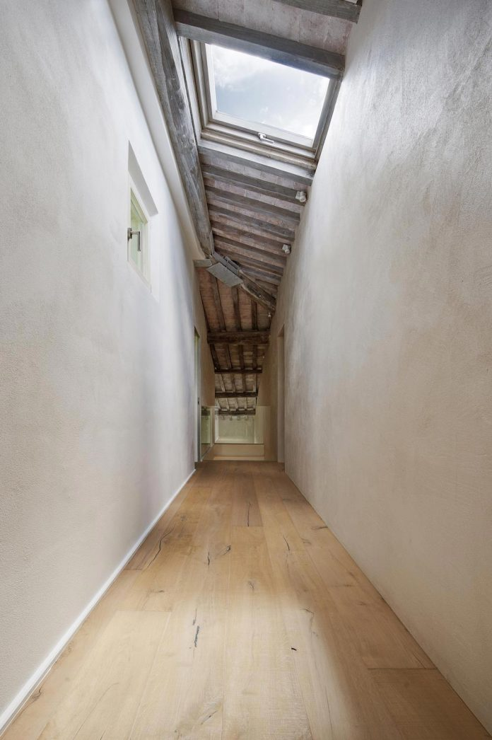 renovation-apartment-located-inside-former-school-music-xix-century-building-historic-center-siena-18