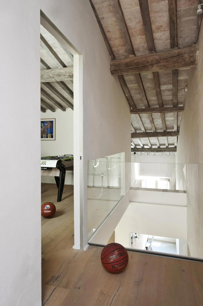 renovation-apartment-located-inside-former-school-music-xix-century-building-historic-center-siena-19