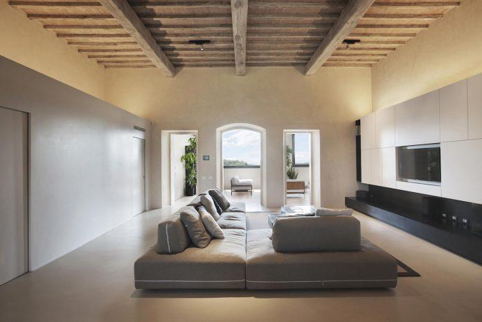 renovation-xv-century-farm-contemporary-villa-town-monteriggioni-05
