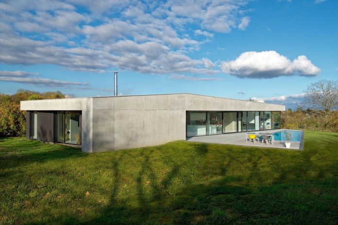 s-villa-designed-ideaa-architectures-fitted-bucolic-rural-land-small-village-eastern-france-01