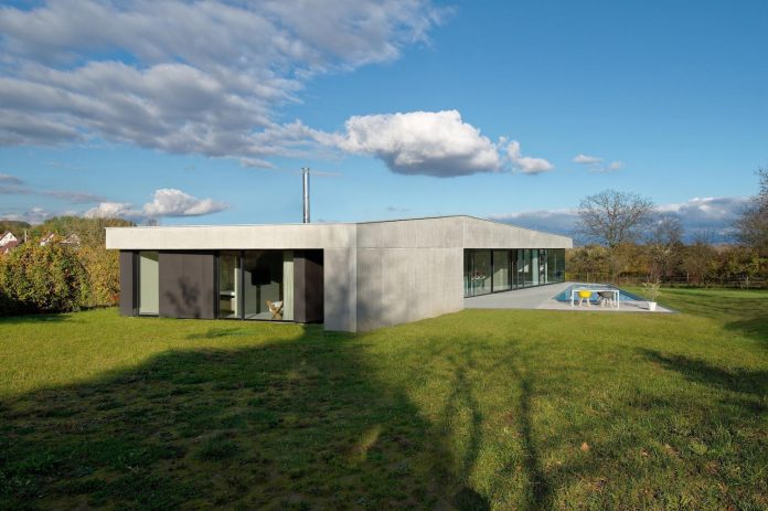 s-villa-designed-ideaa-architectures-fitted-bucolic-rural-land-small-village-eastern-france-02