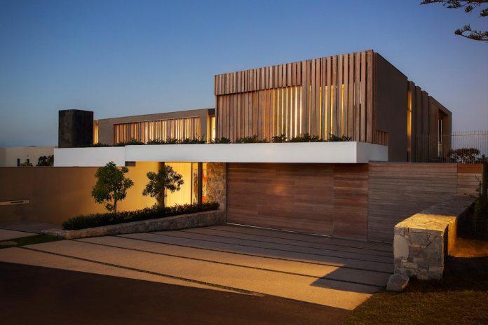 saota-designed-beachyhead-residence-modern-plettenberg-bay-home-near-beach-great-sea-views-03