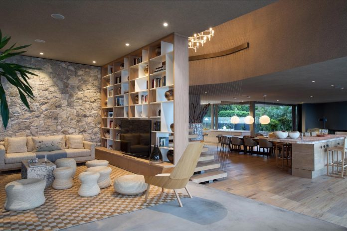 saota-designed-beachyhead-residence-modern-plettenberg-bay-home-near-beach-great-sea-views-09