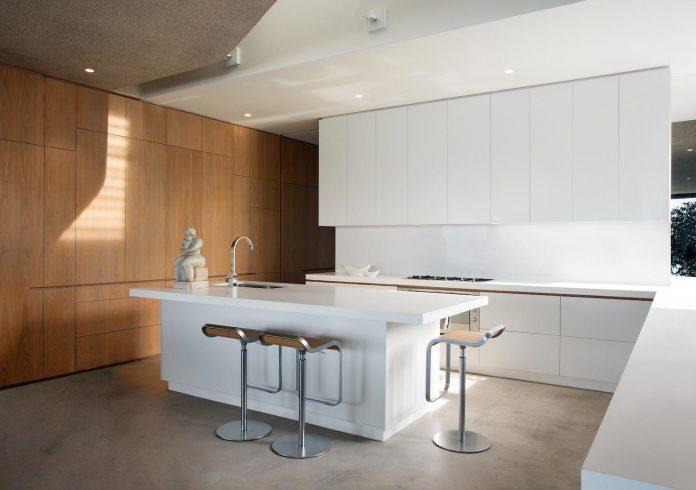 saota-designed-beachyhead-residence-modern-plettenberg-bay-home-near-beach-great-sea-views-11