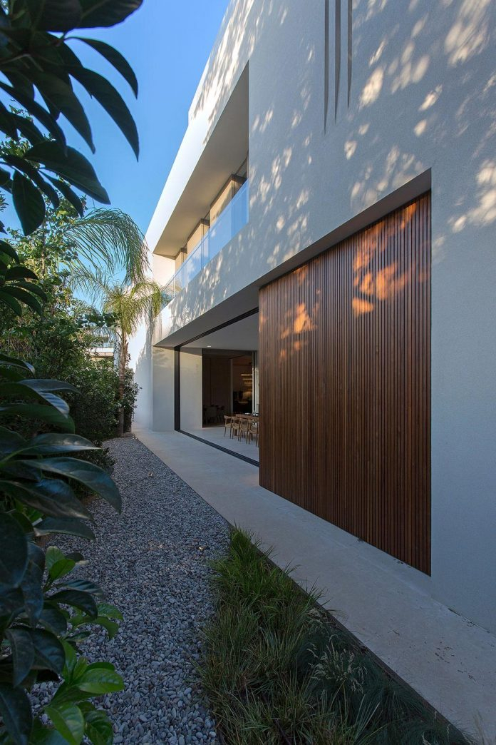 small-exotic-paradise-l-shaped-form-modern-home-athens-designed-moustroufis-architects-05