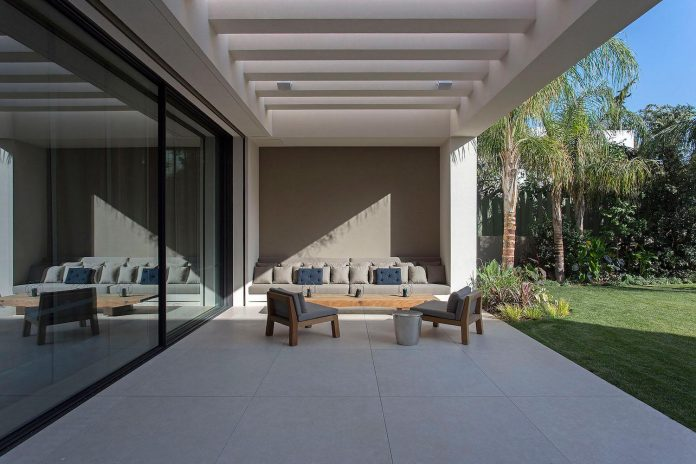 small-exotic-paradise-l-shaped-form-modern-home-athens-designed-moustroufis-architects-31