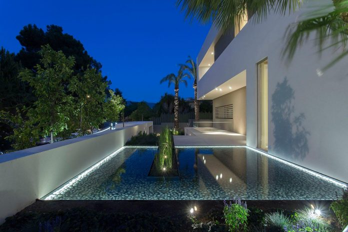 small-exotic-paradise-l-shaped-form-modern-home-athens-designed-moustroufis-architects-35