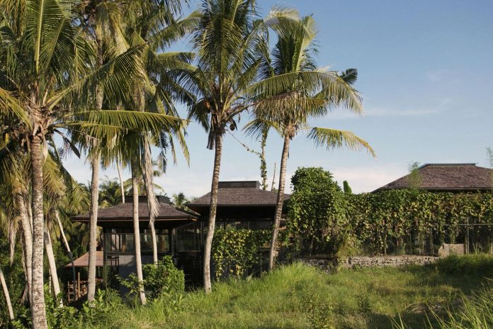 steel-house-1-designed-around-three-historic-centerpieces-traditional-javanese-joglo-building-style-01